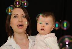 Het letten op van Mum en van de baby bellen Stock Fotografie