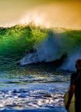 Het letten op van Surfer golven Stock Foto's