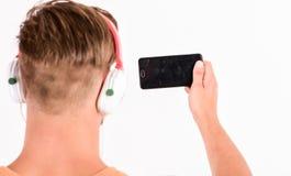Het letten op video Mp3 Speler [1] de sexy spiermens luistert muziek op telefoonmp3 speler mens met mp3- geïsoleerde speler op te stock afbeeldingen