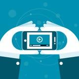 Het letten op videodossier op smartphone Stock Afbeelding
