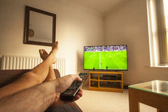 Het letten op voetbal op TV Royalty-vrije Stock Foto's