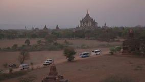 Het letten op zonsondergang op de pagode in Bagan stock video