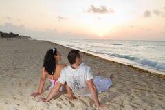 Het letten op zonsopgang samen Stock Foto's
