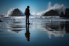 Het letten van de op woedende oceaangolven Stock Afbeeldingen