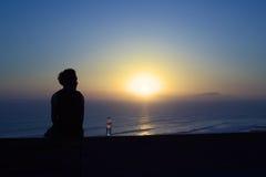 Het letten van de op Zonsondergang over de Stille Oceaan in Miraflores, Lima, Peru Stock Foto's