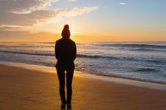 Het letten van de op zonsopgang van zandige kust in de winter Royalty-vrije Stock Fotografie
