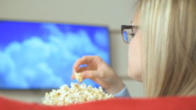 Het letten van een op film op slimme TV stock videobeelden