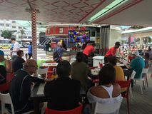Het letten van op Olympisch Volleyball bij Copacabana-Strandbar Stock Foto's
