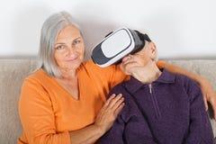 Het letten van op virtuele werkelijkheidsvideo met hoofdtelefoon royalty-vrije stock fotografie