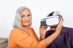 Het letten van op virtuele werkelijkheidsvideo met hoofdtelefoon stock foto