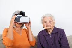 Het letten van op virtuele werkelijkheidsvideo met hoofdtelefoon stock afbeeldingen