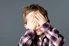 Het leuk weinig jongen huid-en-zoekt spelen te verdwijnen Royalty-vrije Stock Foto