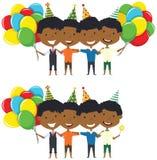 Het leuke Afrikaans-Amerikaanse jongens koesteren van en het dragen van kleurrijke brigh Royalty-vrije Stock Afbeeldingen