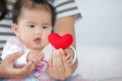 Het leuke Aziatische babymeisje spelen met haar moeder royalty-vrije stock afbeelding