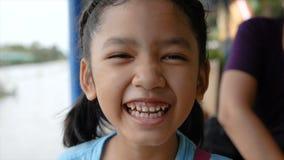 Het leuke Aziatische meisje is glimlach en het lachen met geluk stock footage