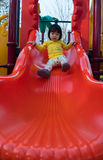 Het leuke Aziatische meisje spelen op dia Stock Foto's