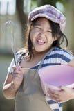 Het leuke Aziatische meisjes koken Stock Afbeeldingen