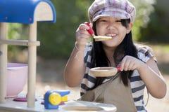 Het leuke Aziatische meisjes koken Stock Foto's