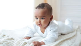 Het leuke Baby Liggen en glimlach stock videobeelden