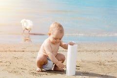 Het leuke babyjongen spelen op het strand in de zomervakantie Stock Afbeeldingen