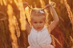 Het leuke babymeisje 3-4 éénjarigen sluit omhoog Jonge volwassenen Kinderjaren Meisje met twee staarten stock fotografie