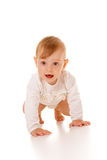 Het leuke babymeisje kruipen Stock Foto's