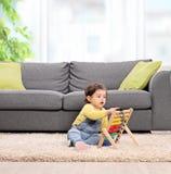 Het leuke babymeisje spelen met een telraam Stock Afbeelding