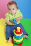 Het leuke babymeisje spelen met plastic stuk speelgoed ring Royalty-vrije Stock Afbeeldingen