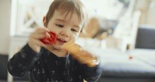 Het leuke babymeisje spelen met speelgoed stock video