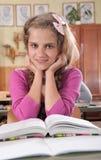 Het leuke boek van de meisjeslezing in klaslokaal op school stock afbeeldingen