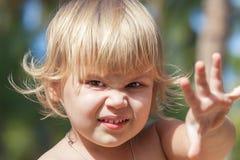 Het leuke boze Kaukasische blonde portret van het babymeisje Royalty-vrije Stock Afbeeldingen