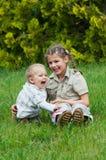 Het leuke broer en zuster spelen royalty-vrije stock afbeelding