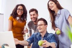 Het leuke creatieve team rust op het werk Royalty-vrije Stock Afbeelding