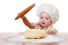 Het leuke deeg van de de kokpizza van jong geitjebroodjes Geïsoleerdj op witte achtergrond Royalty-vrije Stock Foto's