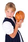 Het leuke geld van de meisjebesparing in een piggy-bank Royalty-vrije Stock Foto