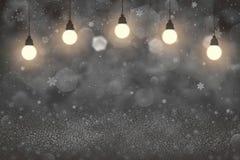 Het leuke glanzen schittert lichten defocused bokeh abstracte achtergrond met gloeilampen en de dalende vlieg van sneeuwvlokken,  vector illustratie