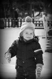 Het leuke het glimlachen jongen spelen met sneeuw royalty-vrije stock fotografie