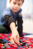 Het leuke jong geitje spelen met plastic blokken Stock Fotografie
