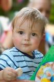 Het leuke jonge jongen eten Stock Afbeelding