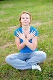 Het leuke jonge meisje mediteert openlucht Stock Afbeeldingen