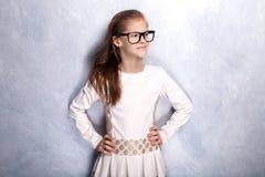 Het leuke jonge meisje stellen in studio stock afbeeldingen