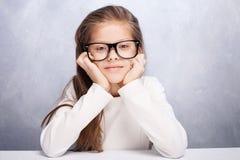 Het leuke jonge meisje stellen in studio Stock Foto