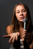 Het leuke jonge meisje zingen Royalty-vrije Stock Foto's