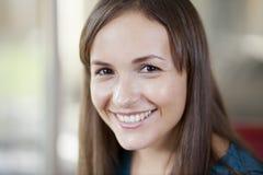 Het leuke jonge vrouw glimlachen Royalty-vrije Stock Afbeeldingen