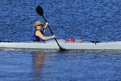 Het leuke jonge vrouw kayaking in Californië royalty-vrije stock foto