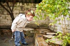 Het leuke jongen gadening in zijn achtertuin Royalty-vrije Stock Foto
