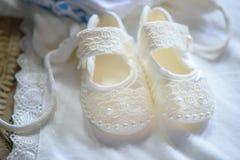 Het leuke kant van het babymeisje en parelsschoenen in paar stock foto's