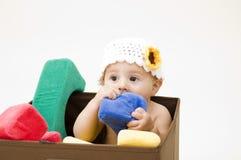 Het leuke Kauwen van de Baby op Stuk speelgoed Royalty-vrije Stock Afbeeldingen