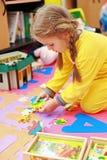 Het leuke kind spelen Stock Afbeeldingen
