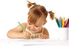 Het leuke kind trekt met kleurenpotloden en glimlach Stock Foto